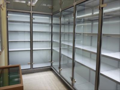 140 Polcos állvány kiállításokhoz, megvilágítással, zárható üvegajtókkal