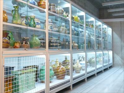 Múzeumi polcos állvány, vitrin belső megvilágítással