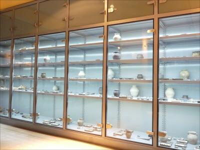 Múzeumi állványok, salgó polcos vitrin