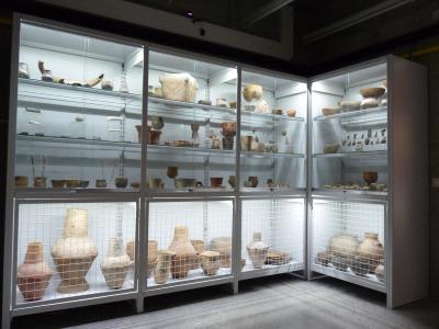 Salgó polcrendszer múzeumi látványtároláshoz