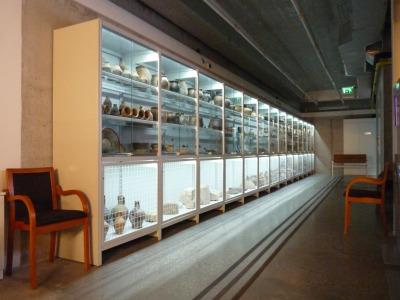 Salgó polcból készült látványtároló beépített világítással