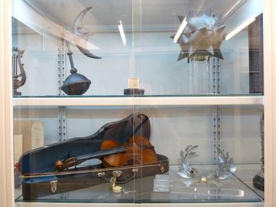 Múzeumi állványok, salgó polc elemekből készült múzeumi tároló