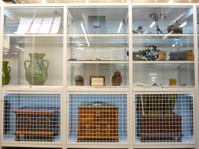 180 Múzeumi állványrendszer rácsos és üveg ajtókkal