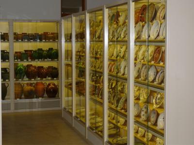 Múzeumi állványrendszer festett salgó polc elemekből